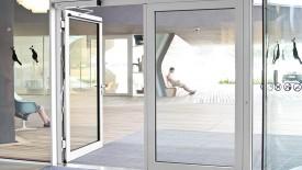 Edoors Produkte – Drehflügelantriebe, Tür Außenansicht mit Personen