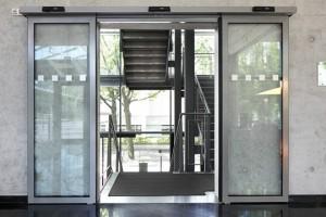 Edoors-Home-Teaser- Schiebetüranlagen- Glastür geöffnet
