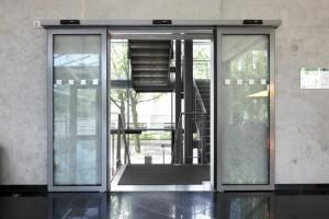 Edoors Produkte – Schiebetüranlagen, Glasschiebetür vor Betonwand