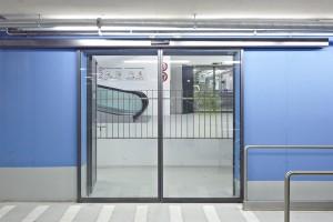 Edoors Produkte – Schiebetüranlagen, Schiebetür Außenansicht vor blauer Wand