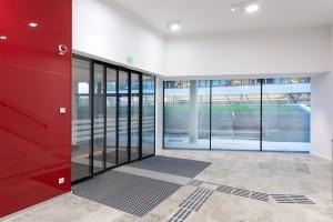 Edoors Produkte – Schiebetüranlagen, Schiebetür geschlossen neben roter Wand