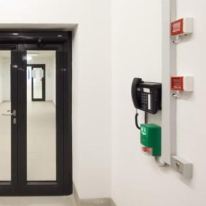 Edoors Produkte – Verriegelungssysteme, Notschalter mit Telefon rechts neben Tür
