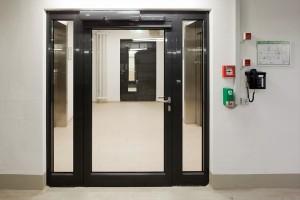 Edoors Produkte – Verriegelungssysteme, Verriegelungssysteme mit Telefon neben Tür